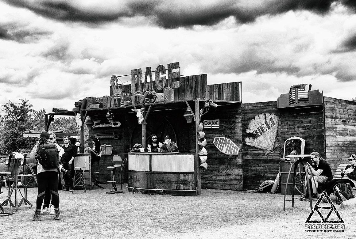 Madneom-Espace Vip Hellfest 2016- décor garage
